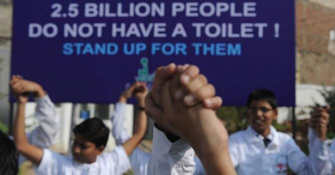 Izrada poljskog WC-a (tema za selatole) - Page 2 World-toilet-day-india-campaign-afp-2-670