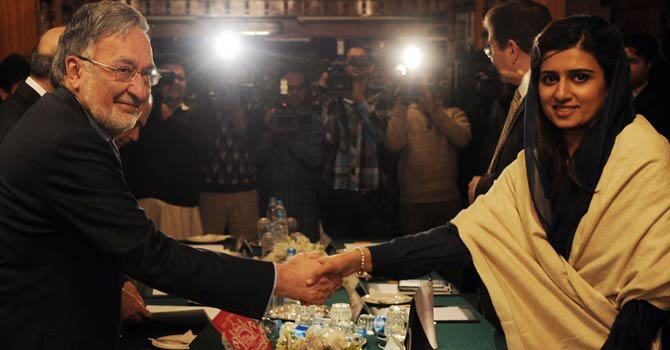 Pakistani Foreign Minister Hina Rabbani Khar (R) shakes hands with her Afghan counterpart Zalmai Rassoul prior to their meeting in Islamabad on Nov 30, 2012. Afghanistan has sent a second high-level delegation in weeks to Islamabad to press for the release of Taliban prisoners in a bid to kickstart peace efforts, officials said. - AFP Photo