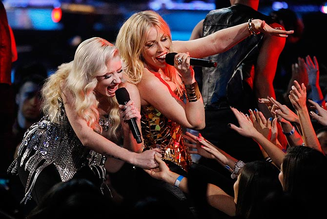 "Singers Natasha Bedingfield (R) and Iggy Azalea perform ""Groove is in the Heart"" during the VH1 Divas 2012 show in Los Angeles December 16, 2012. ? Reuters Photo"