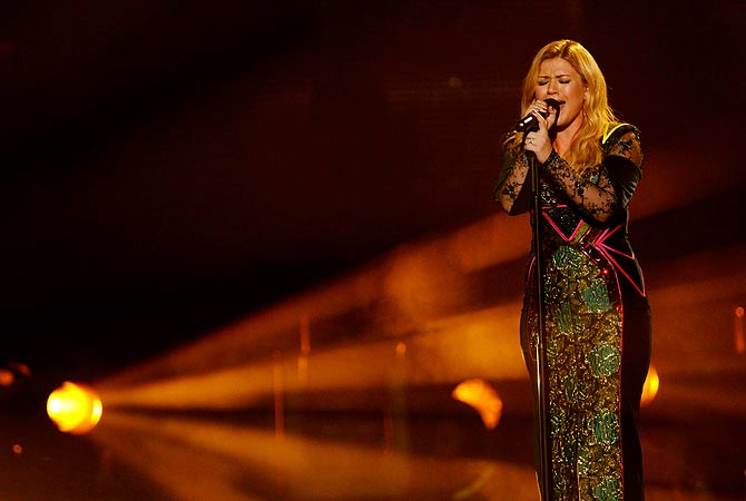 "Kelly Clarkson performs ""Catch my Breath"" during the VH1 Divas 2012 show in Los Angeles, December 16, 2012. ? Reuters Photo"