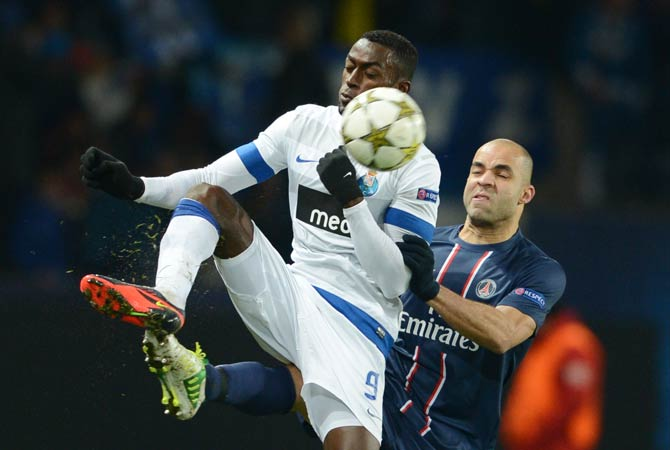 FC Porto's forward Jackson Martinez (Left) fights for the ball with Paris Saint-Germain's Brazilian defender Alex Costa (Right) during the group A Champion's League football match between Paris Saint Germain (PSG) and FC Porto on December 4, 2012 at the Parc des Princes Stadium in Paris.