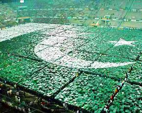 290-human-pakistani-flag-lahore-app-670