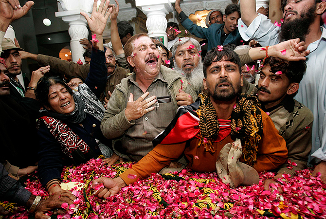 Pakistan Peoples Party (PPP) supporters mourn beside the grave of Pakistan's former Prime Minister Benazir Bhutto during her death anniversary at the Bhutto family mausoleum in Garhi Khuda Bakhsh, near Larkana December December 27, 2012. ? Reuters Photo