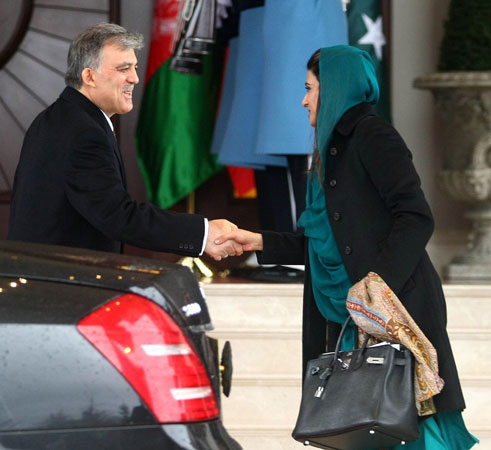 Turkish President Abdullah Gul (L) welcomes Pakistani Foreign Minister Hina Rabbani Khar (R) on December 12, 2012 before their meeting in Ankara.