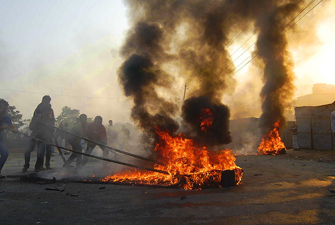 Activists of Bangladesh's Jamaat-e-Islami party set fire to tyres as they block a street in Narayangani.?Photo by Reuters