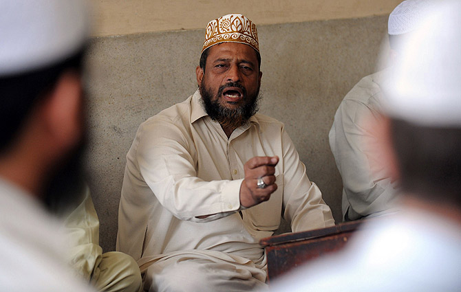 Pakistani cleric Abdul Khaliq Faridi (C) was among the first recruited by a government-sponsored project bringing clerics, the most influential segment of Pakistani society, into the fight against HIV/AIDS too commonly dismissed as depravity by ordinary people. ? Photo by AFP