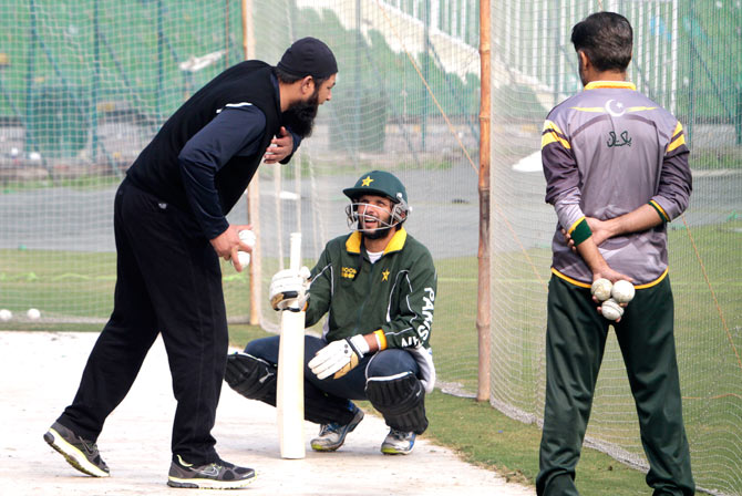 Inzamam-ul-Haq passes on tips to Shahid Afridi ? Photo by AP