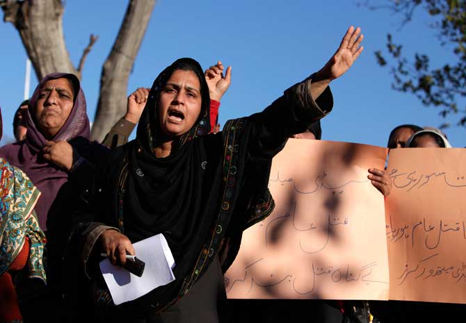 Bushra Arian, head of the All Pakistan Lady Health Workers Welfare Association, shouts slogan during a protest against the killing of anti-polio drive campaign workers.? Photo by Reuters