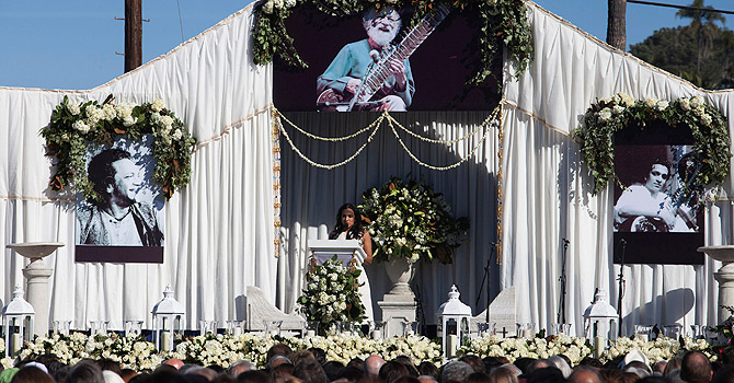 Daughter Anoushka Shankar speaks at memorial services for sitar legend Ravi Shankar in Encinitas, California December 20, 2012. Shankar died December 11 at the age of 92.  REUTERS/Sam Hodgson   (UNITED STATES - Tags: OBITUARY ENTERTAINMENT)