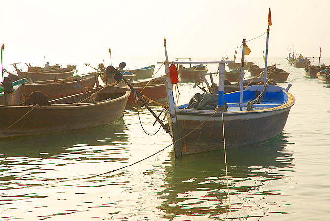 Many fishing boats were standing idle waiting for fishermen from Karachi.