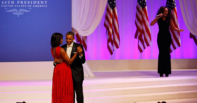 U.S. President Barack Obama and first lady Michelle Obama dance as singer Jennifer Hudson performs at the Commander in Chief's Ball in Washington, January 21, 2013.     REUTERS/Rick Wilking (UNITED STATES  - Tags: POLITICS ENTERTAINMENT)