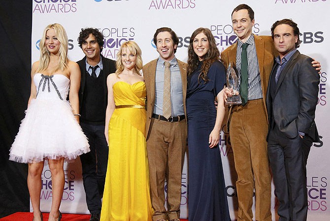 "The cast of ""The Big Bang Theory"" pose backstage after winning the award for favorite network tv comedy at the 2013 People's Choice Awards in Los Angeles.?Photo by Reuters"
