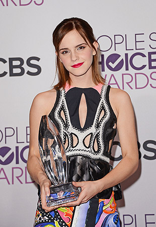 "Actress Emma Watson poses with Favorite Drama Movie award for ""The Perks of Being a Wallflower"" in the press room at the 39th Annual People's Choice Awards at Nokia Theatre L.A., in Los Angeles, California.?Photo by AFP"