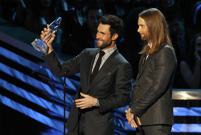 "Adam Levine (L) and James Valentine of Maroon 5 accept the award for ""Favorite Band"" at the 2013 People's Choice Awards in Los Angeles.?Photo by Reuters"