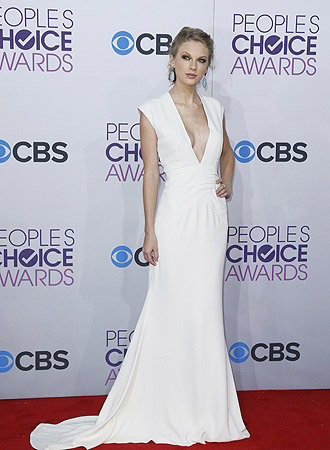 Singer Taylor Swift poses as she arrives at the 2013 People's Choice Awards in Los Angeles.?Photo by Reuters