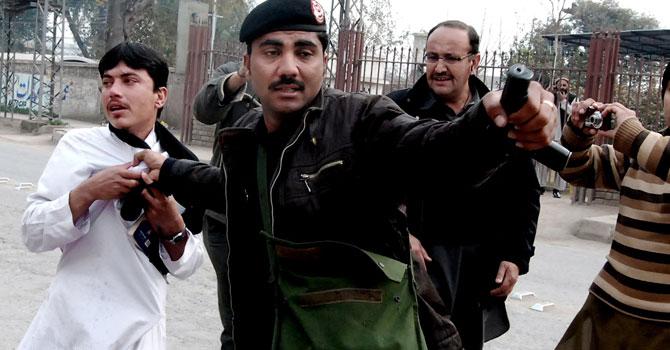 peshawar-policeman-ap-670