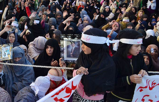 Hazara Shias bury victims four days after deadly Quetta bombings