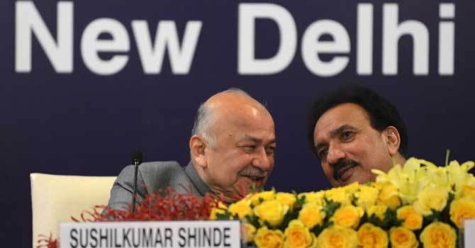 Interior Minister of Pakistan Rehman Malik (R) speaks with Indian Home Minister Sushilkumar Shinde during the launch of new visa agreement in New Delhi on December 14, 2012. – AFP file photo
