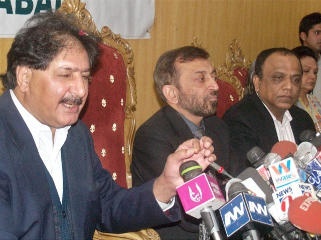Sarfraz with MQM leaders, Farooq Sattar and Babar Ghauri, at a press conference at the Karachi Press Club.