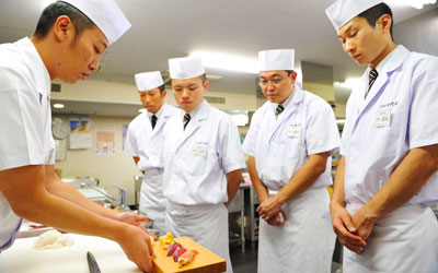 Sushi chef demonstrates for his students. —Photo by AFP