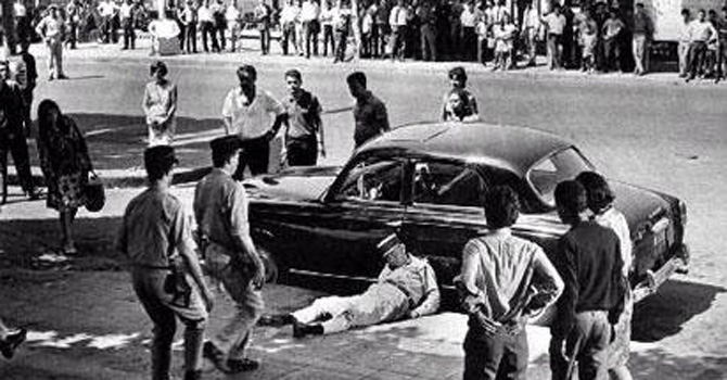 Police surround the body of a French military officer assassinated by FLN members in the Algerian city of Algiers in 1959.
