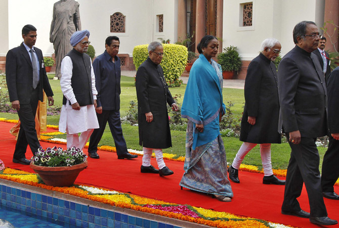 India's Prime Minister Manmohan Singh, Parliamentary Affairs Minister Kamal Nath, President Pranab Mukherjee, Lok Sabha speaker Meira Kumar and India's Vice President Mohammad Hamid Ansari walk past a statue of former prime minister Indira Gandhi at the parliament on the first day of the budget session in New Delhi February 21, 2013.