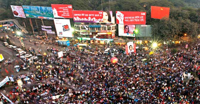 Pro-government activists and other Bangladeshi people gather to protest as they demand the death penalty for Jamaat-e-Islami leader Abdul Quader Mollah in Dhaka. -AP Photo