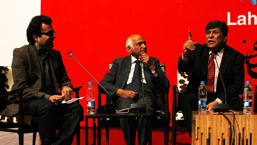 Intizar Hussain talking about Urdu literature in Punjab. -Photo by Tabinda Siddiqi/Dawn.com