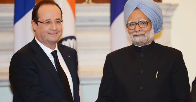French President Francois Hollande (L) and Indian Prime Minister Manmohan Singh (R) shake hands after members of their delegation signed several bilateral agreements in New Delhi on Feb 14, 2013. French President Francois Hollande embarked on a fresh push to clinch a USD 12-billion sale of Rafale fighter jets as he held talks in India on his first visit to Asia since taking office. -  AFP Photo