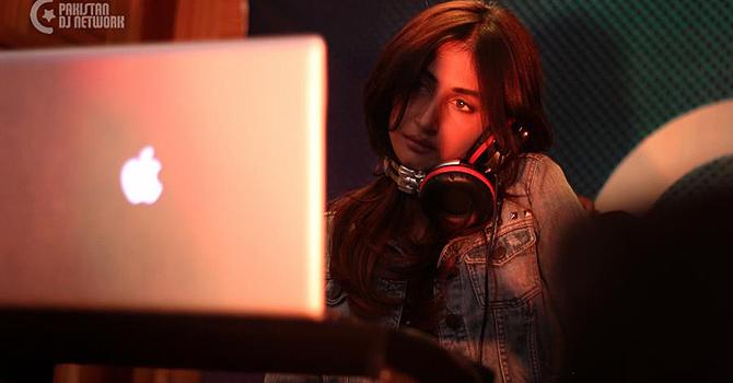 Hira Tareen playing live at PDN Karachi meet up. — Photo by Humza Syed