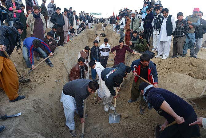 People dig graves for yesterday's bomb attack victims in Quetta.