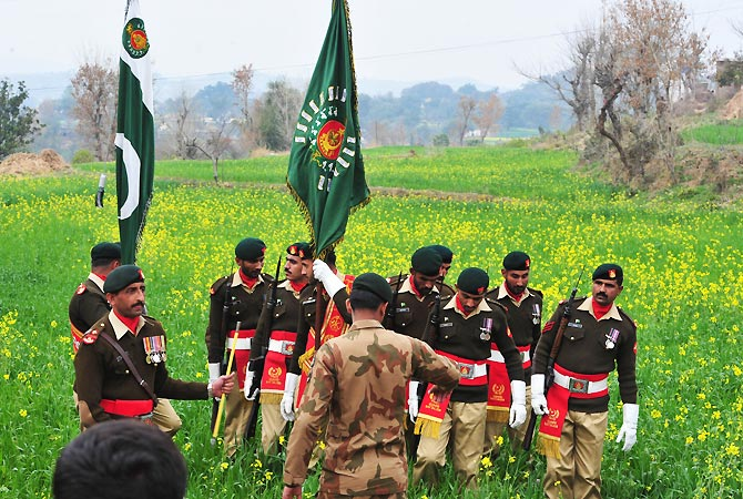 Pakistani ceremonial guard soldiers arrive for the funeral ceremony. -Photo by AFP