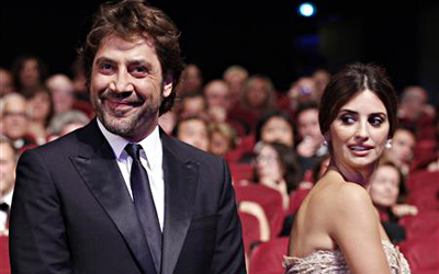 Actor Javier Bardem (L) arrives with his wife actress Penelope Cruz (R) at the award ceremony of the 63rd Cannes Film Festival May 23, 2010. — Reuters Photo