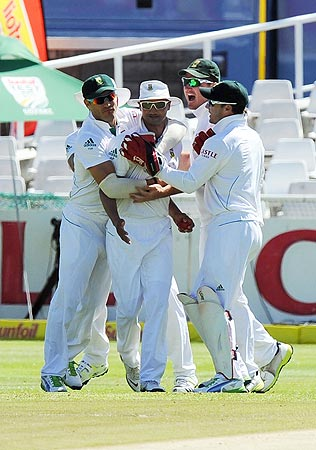 South African cricketer Alviro Petersen (2nd L) is congratulated by teammates for the wicket of unseen Pakistani cricketer Sarfraz Ahmed. -Photo by AFP