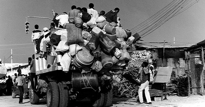 Residents of Somlian capital, Mogadishu, ride a truck out of the city to escape the civil war that erupted in Somalia after the collapse of the Siad Barre's regime (1991).