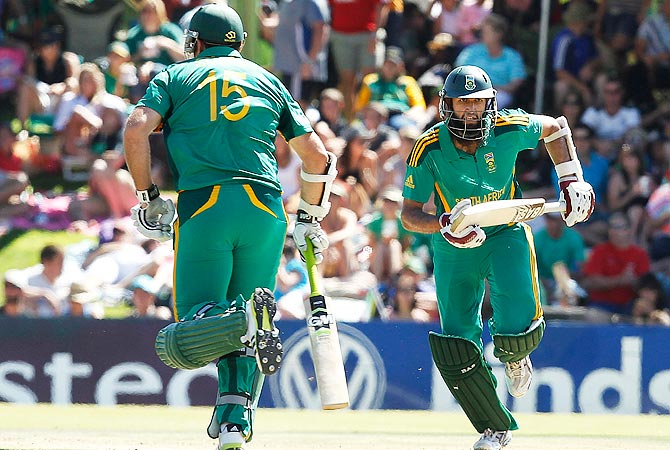 South Africa's Hashim Amla (R) makes a run with his teammate Graeme Smith. -Photo by Reuters