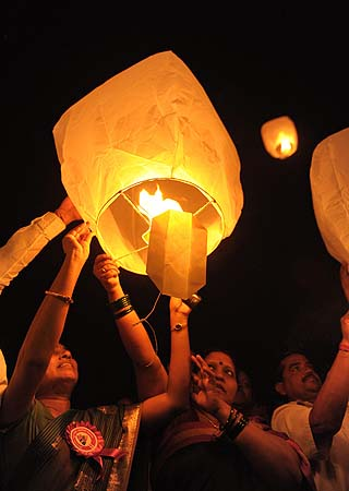 All India Peace and Solidarity Organisation (AIPSO) members launch sky lanterns during International Women's Day in Hyderabad on March 8, 2013.?Photo by AFP