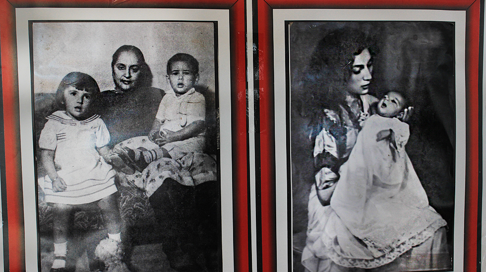(L) Khursheed Begum, Zulfikar Ali Bhutto's mother with her with grandchildren. (R) Nusrat Bhutto carrying Benazir Bhutto
