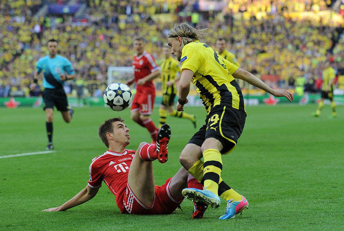 Bayern Munich's German defender Philipp Lahm (L) vies with Borussia Dortmund's German defender Marcel Schmelzer (R).