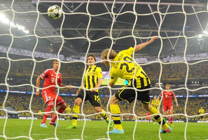 Bayern Munich's Croatian striker Mario Mandzukic (R) scores the opening goal.