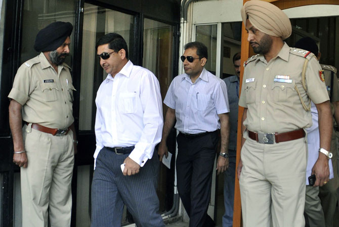 Indian policemen escort Pakistani officials  as they leave The PGI Hospital in Chandigarh on May 4, 2013, after meeting Pakistani prisoner Sanaullah Haq.