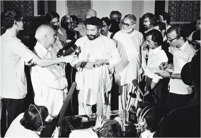 Head of Functional Muslim League Pir Pagaro talking to media men at the Karachi Press Club in 1977.