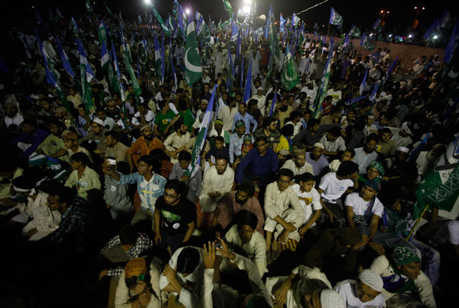 Supporters of political and religious party Jamaat-e-Islami attend an election campaign rally in Karachi, May 5, 2013.