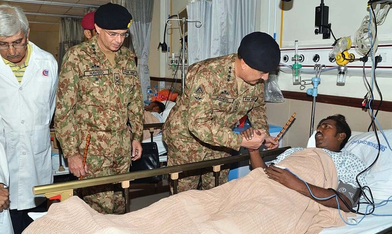 General Raheel Sharif inquiring about the health of injured of yesterday's Shah Noorani blast victims at Civil Hospital. —APP