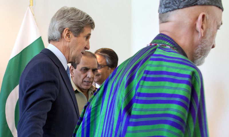 US Secretary of State John Kerry, left, escorts Afghan President Hamid Karzai, right, and Pakistani Army Chief Gen. Asfhaq Parvez Kayani, second from left, into a meeting on April 24, 2013, in Brussels, Belgium. —AFP Photo