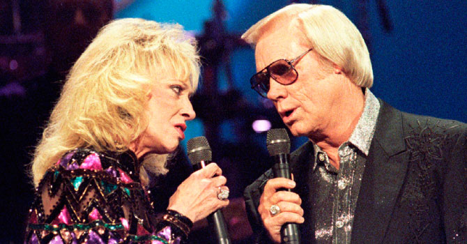 George Jones (R) is pictured with the late Tammy Wynette at the Country Music Association Awards in 1995. —Photo (File) Reuters