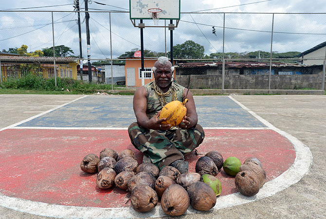 "Panamanian Andres Gardin, 64, popularly known as ""Coconut-peeler"", ""Wari-Wari"" or ""Mister T"", gets ready to perform in a public exhibition in Rio Alejandro, about 85 km north of Panama City.–Photo by AFP"