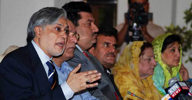 PML-N leader Senator Ishaq Dar addresses a press conference. – File Photo by Online