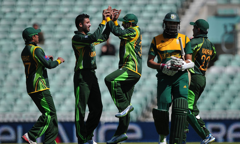 Pakistan's Junaid Khan (CL) celebrates with teammates after taking the wicket of South Africa's Hashim Amla during the warm-up cricket match between Pakistan and South Africa ahead of the 2013 ICC Champions Trophy at The Oval cricket ground in London on June 3, 2013 — AFP Photo