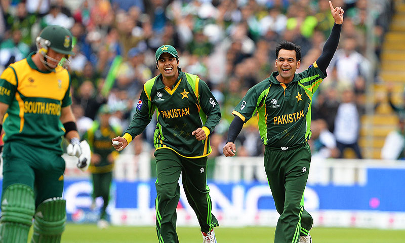 Hafeez (R) celebrates with Pakistan's Umer Amin (C) after claiming the wicket of South Africa's Colin Ingram. -Photo by AFP